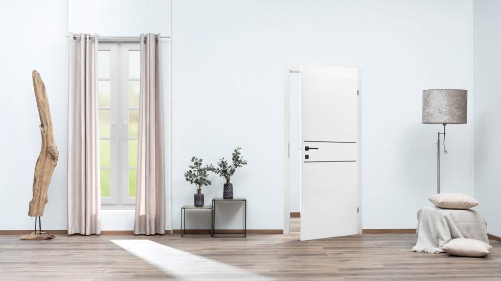 Lajsne na vratima u modernoj crnoj boji daju vratima poseban šarm i skladno se uklapaju u interijer.