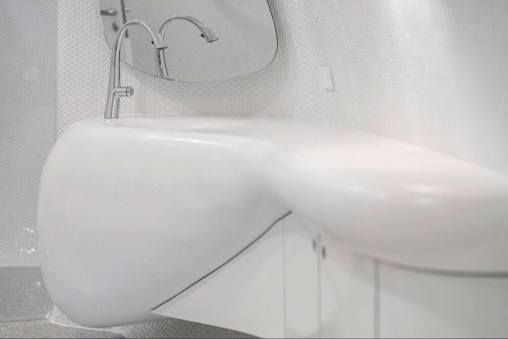 Corian® Solid Surface Antarctica u sjajnoj izvedbi za zaobljene površine sa integriranim umivaonicima