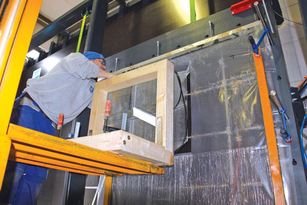 Kalibracija sustava raspršivanja vode prema ASTM E 331 uz pomoć takozvanih Catch-Box-a je važna prije ispitivanja vodonepropusnosti prema NAFS-u (North American Fenestration Standard). (Izvor: ift Rosenheim)
