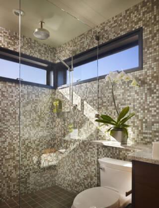 Stakleni zidovi tuš kabine mogu biti transparenti, polutrasparentni ili peskirani