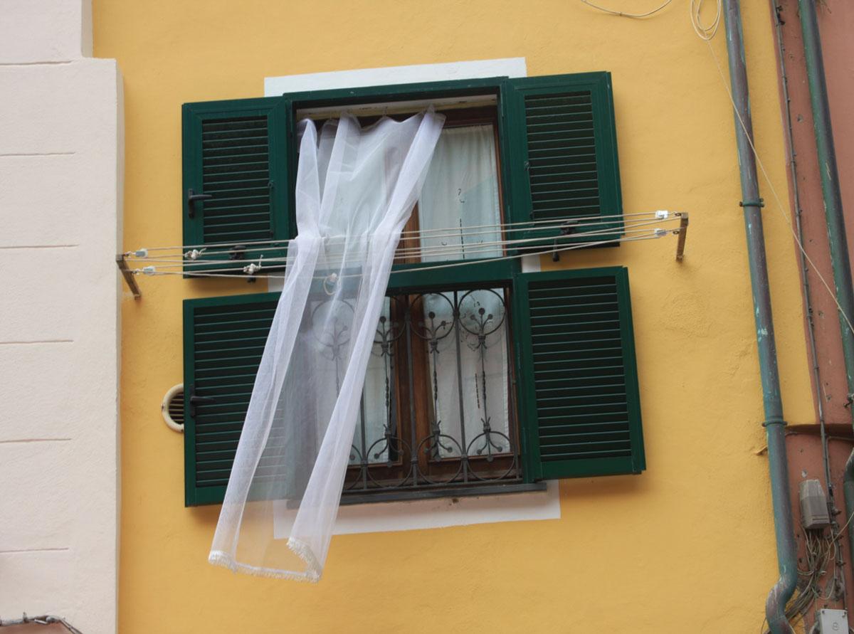 Vlaga intenzivno oštećuje drvo, i dobar drveni prozor mora biti biti veoma dobro impregniran, što ga čini i skupljim