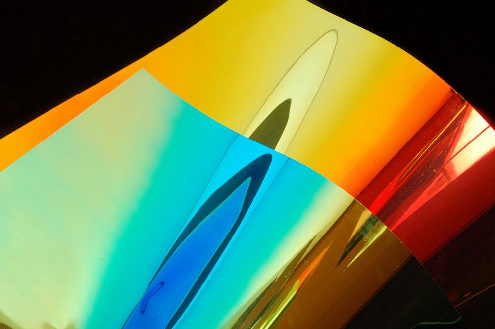 NASA je za svemirski program Apollo koristila reflektivne folije kako bi formirala barijeru protiv radijacije i prekomerne toplote i na svemirskim brodovima i na odelima astronauta