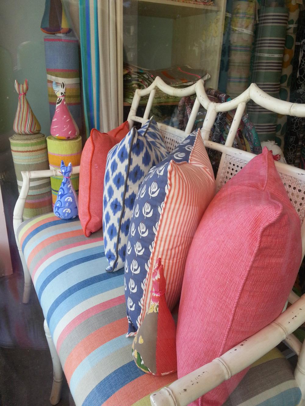 Jastuk prirodnih boja, cvetni motivi, pruge