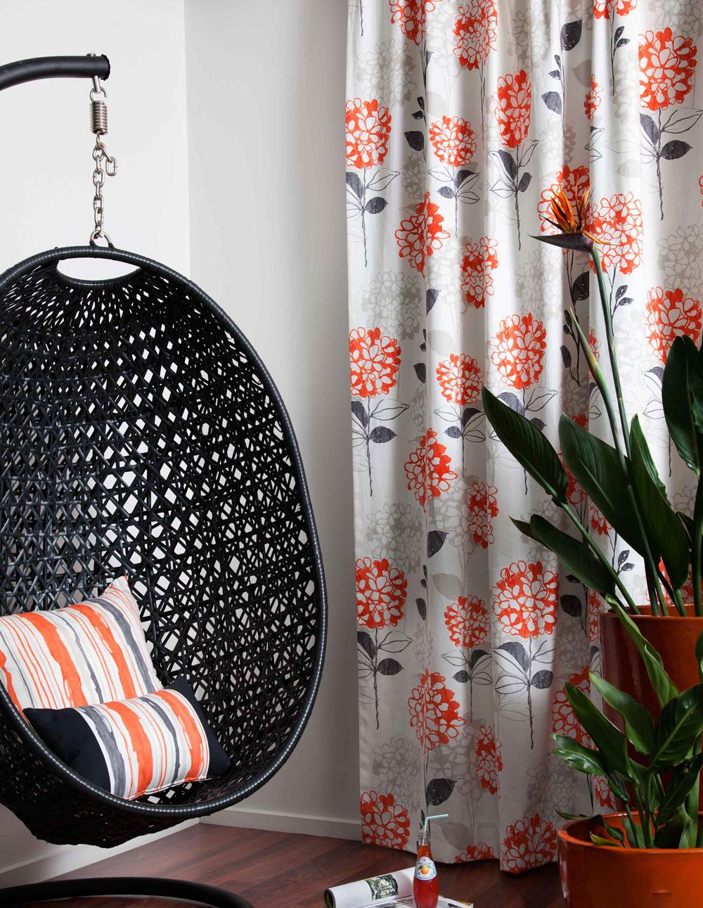 Debele zavese tamnih boja sprečavaju ulazak viška toplote