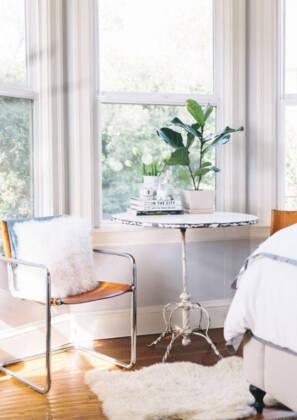 Kutak za čitanje uz prirodnu svetlos prozora