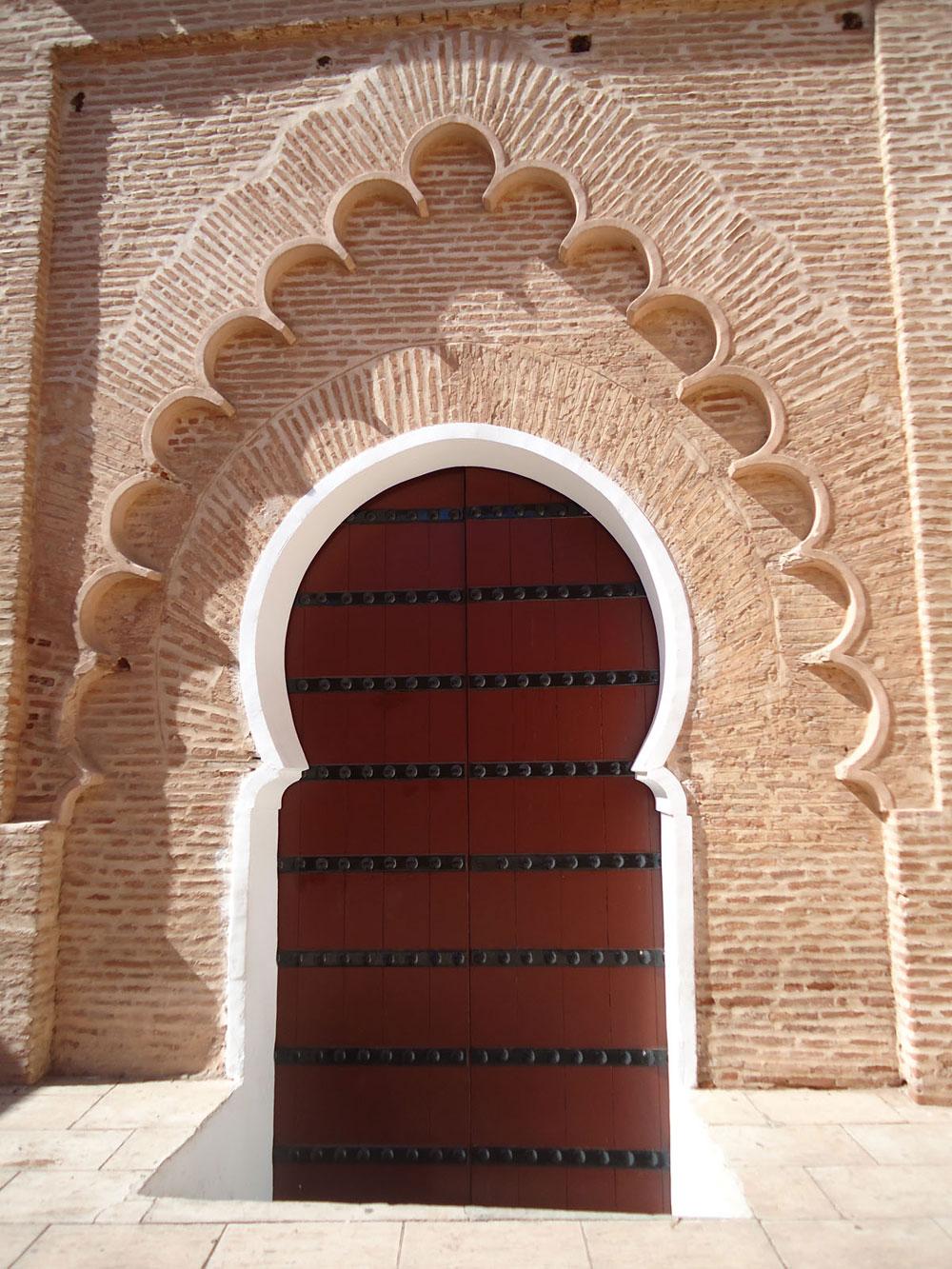 Ulazna vrata su zatvorena površinom koja je napravljena od drveta