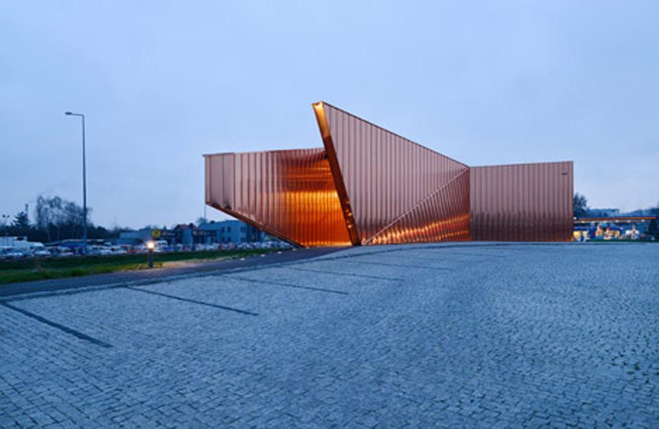 Dizajn zgrade sa bakarnim panelima