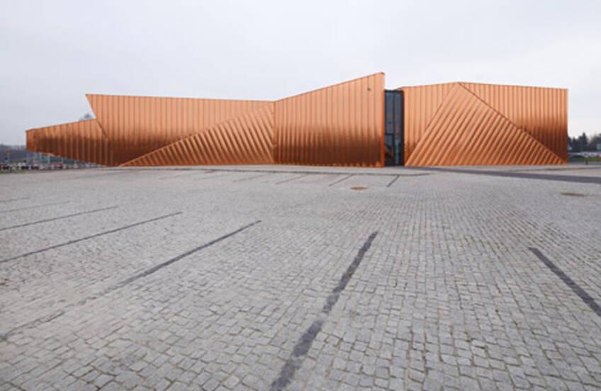 Objekat sa fasadom od bakarnih panela