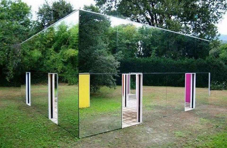 Staklenavfasada kuće ogledala u prirodi