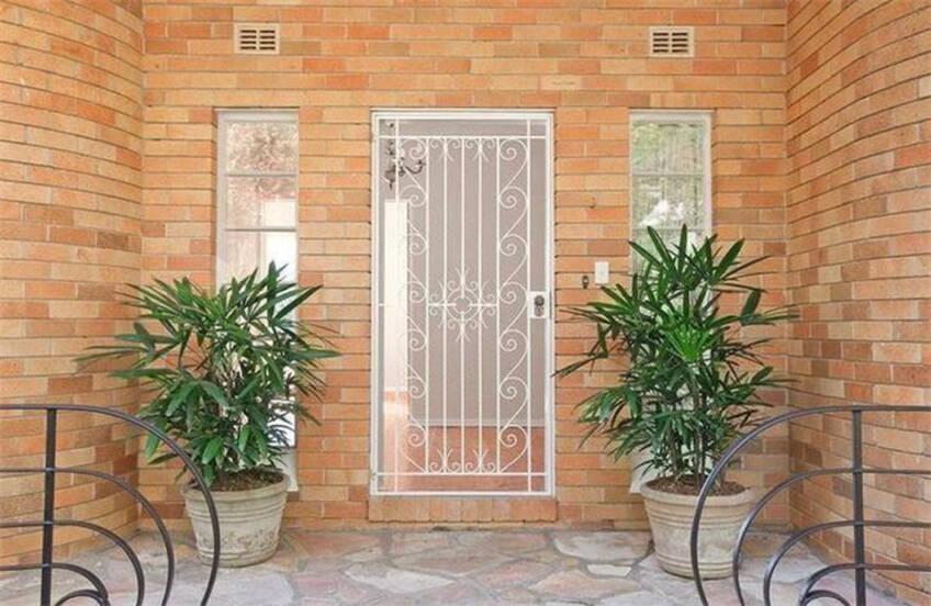 Zamena ružnih Alu sigurnosnih vrata prikladnijim dizajniranim kovanim gvzdenim vratima