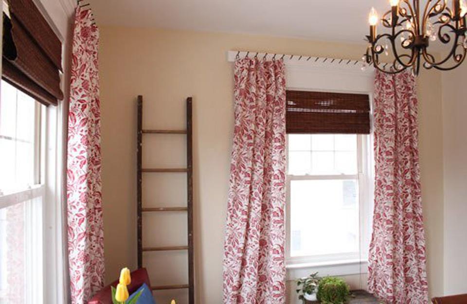 Kačenje dužih zavesa koje stvaraju utisak zida