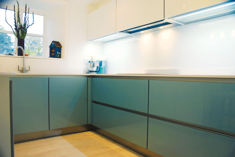 Stakleni kuhinjski zidovi omogućuju stvaranje posebnog ugođaja u domu