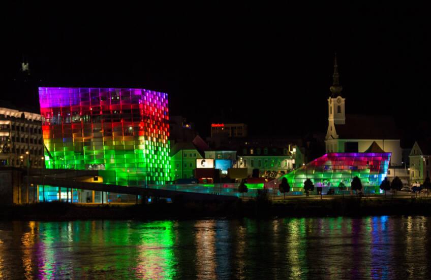 Svetleća fasada noću
