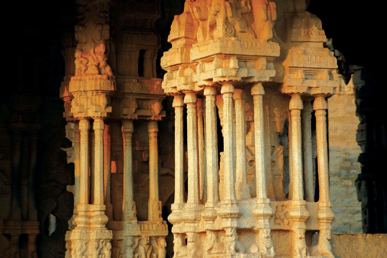 Obično se sastoji od osnove ili baze, stabla i kapitela