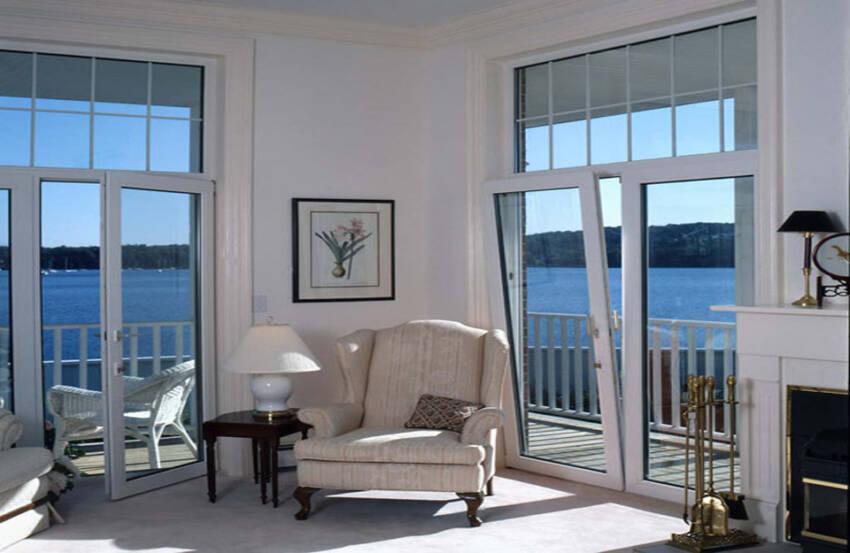 Izgled prostorije sa prozorima koji se otvaraju na kip