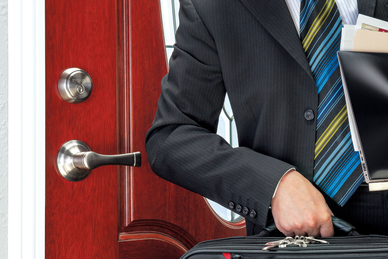 Vrata su pokretna stuktura koja služi za zatvaranje ulaza i prolaza