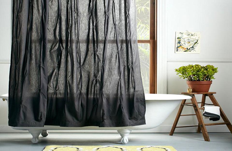 Transparentna zavesa koja razbija jednoličnost kupatila