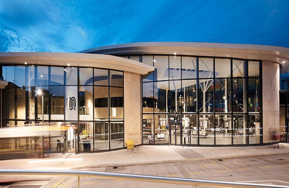 Wicona nudi fasadna rešenja po mer i niz tehnički naprednih aluminijumskih zavesa, prozora i sistema vrata