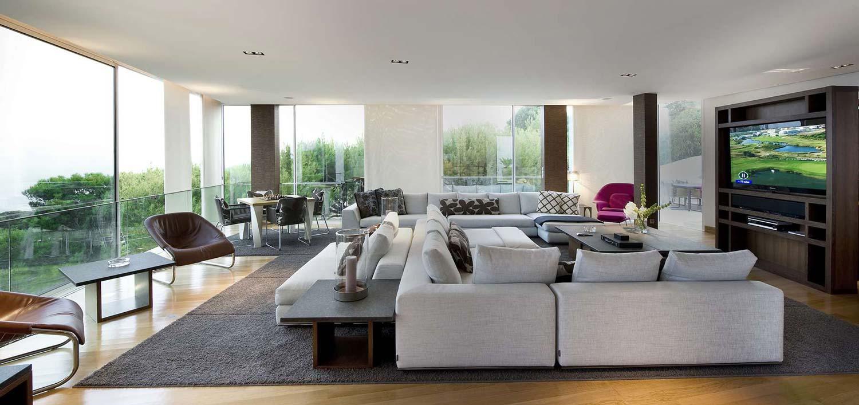 Moderni prozori se najčešće sastoje od velikih staklenih površina, jednostavnih kontura i rasporedu koji daje ujednačen izgled