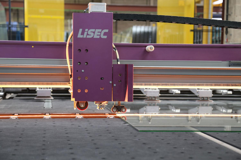 LiSEC sto za sečenje kaljenog stakla u prostorijama fabrike Crystal Units