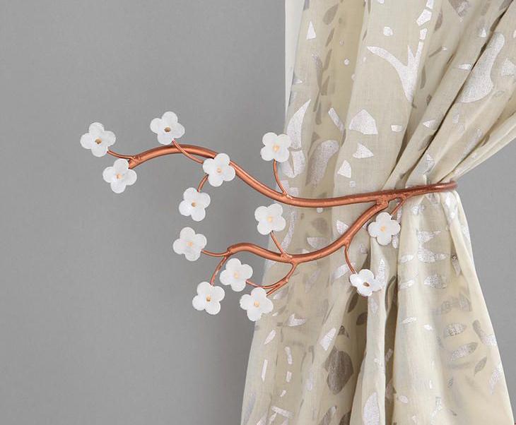 Koristite metalne prstenove i izaberite neutralne boje za zavese kako biste dobili minimalistički izgled enterijera