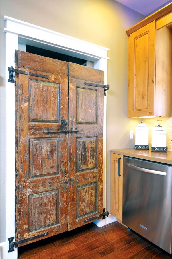 Najstariji, a ujedno i najrudimentarniji model jesu vrata od hrastovih dasaka sa gvozdenim šarkama