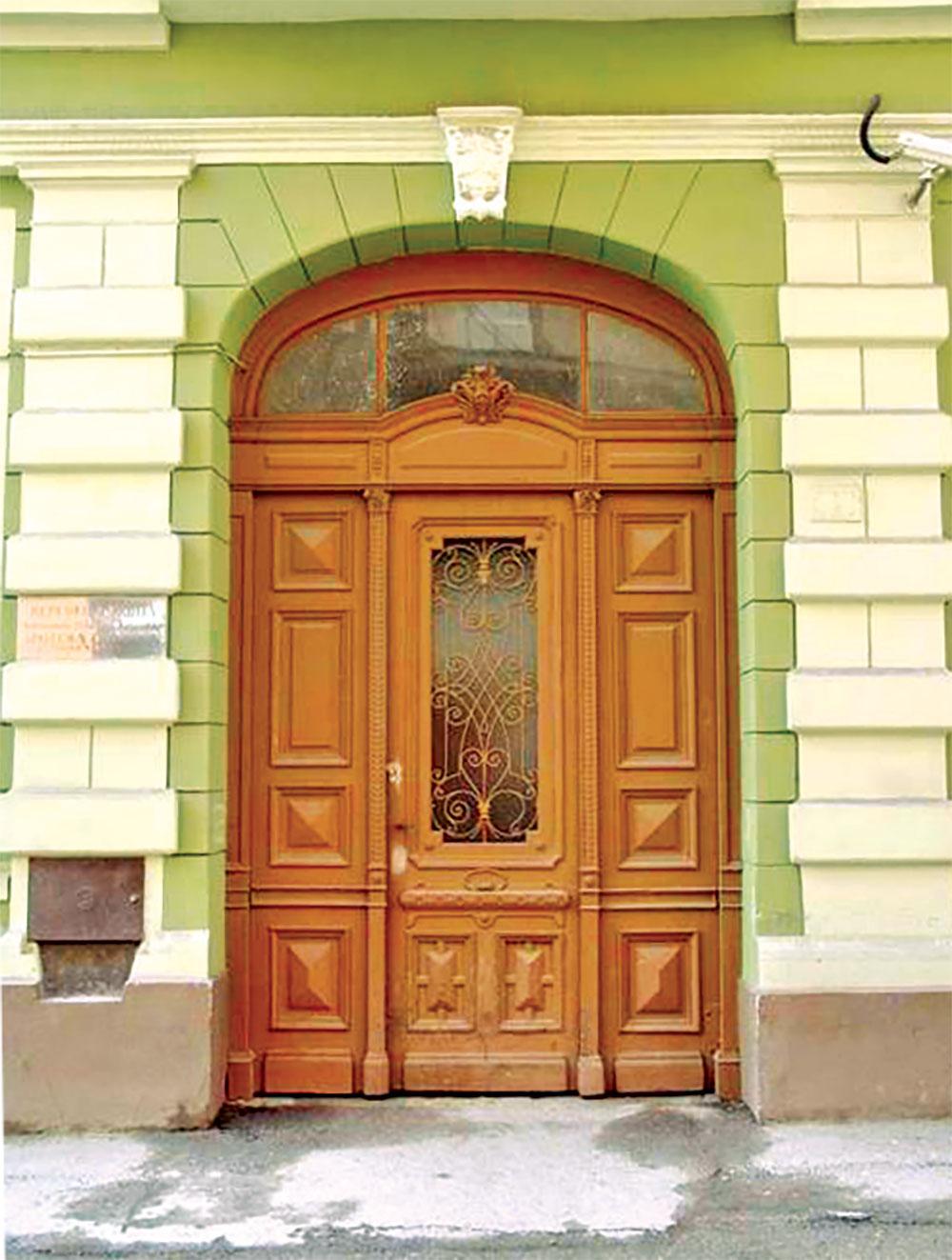 Pre bilo kakvih radova na vratima, potrebno je ukloniti sve metalne delove i šarke, i zameniti ih novima