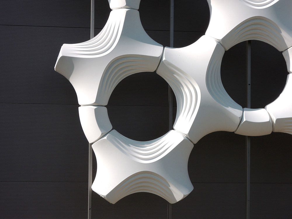 Fasada se sastoji od belih ploča Prosolve 370e (dizajn biroa Elegant Embellishments)