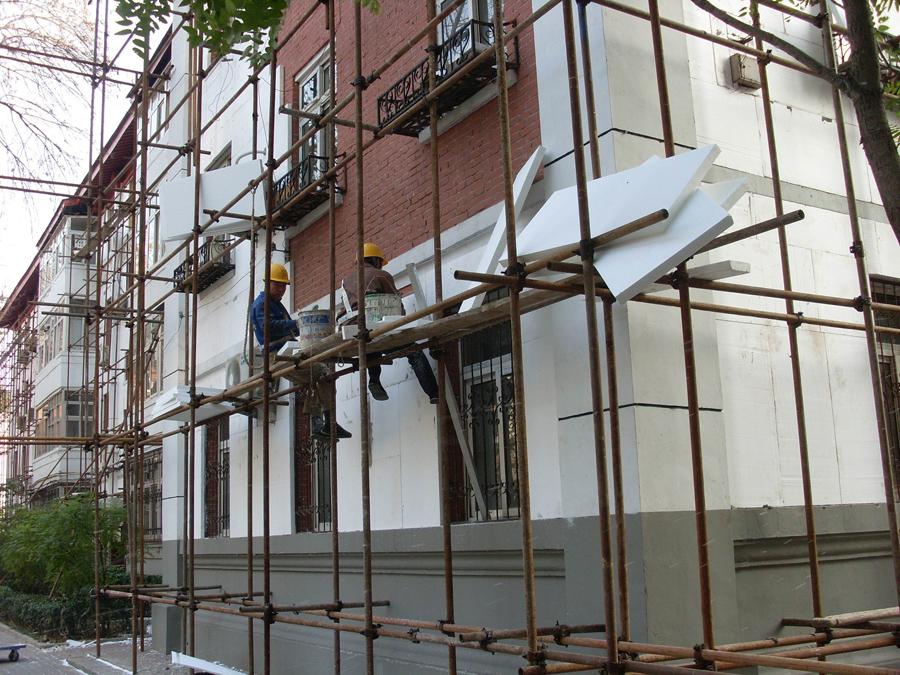 Ovaj pristup zadržava kapacitet toplotnog skladištenja (toplotna inercija) spoljašnjih zidova zgrade