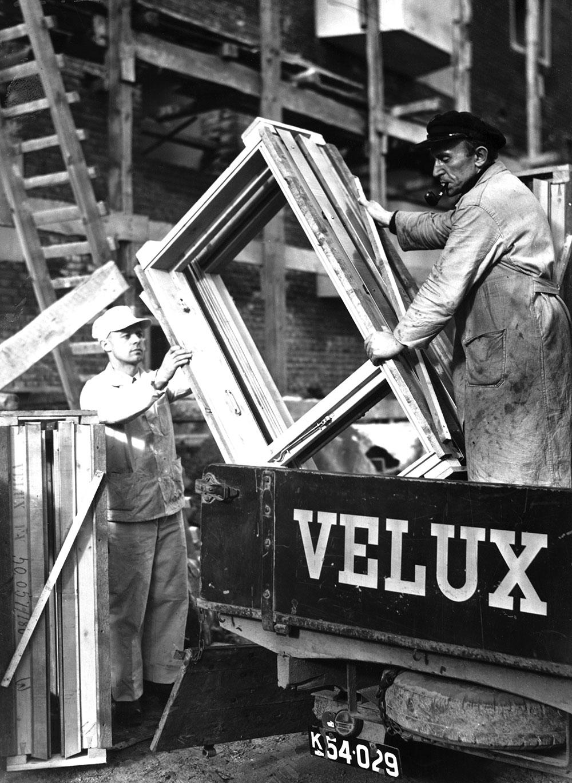 Prvi krovni prozori koji su mogli da se otvaraju bili su drveni