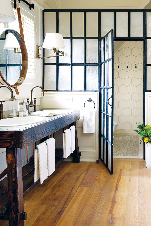 Prozor koji deli dve male prostorije hodnik i kupatilo