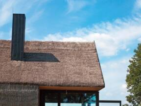 Korišćenje slame na krovu vikendice