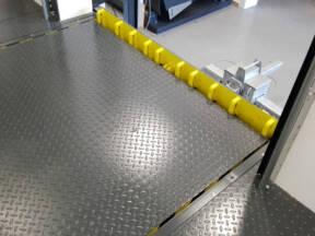 Stacionarna pretovarna rampa sa preklopnom klapnom i zaštitom protiv ispadanja