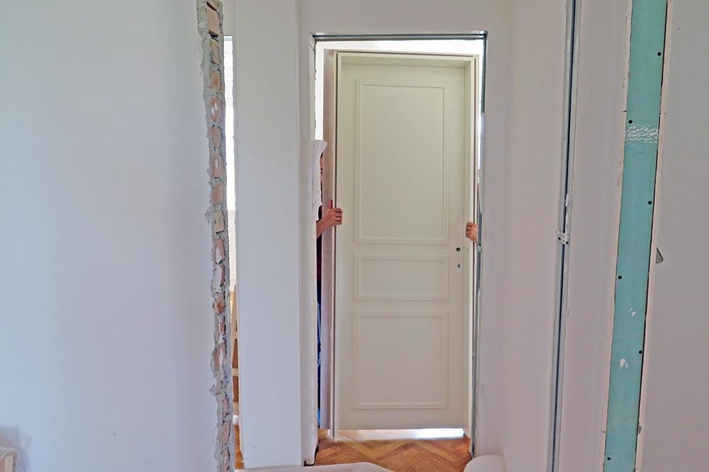Krilo i štok, napravljene po meri, postavite u zid