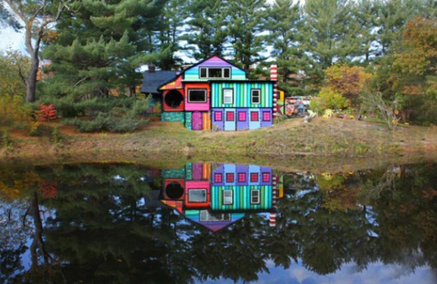 Odraz kuće u jezeru