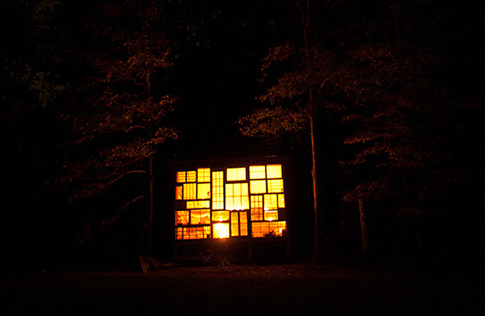 Prizor zalaska sunca unutar kuće