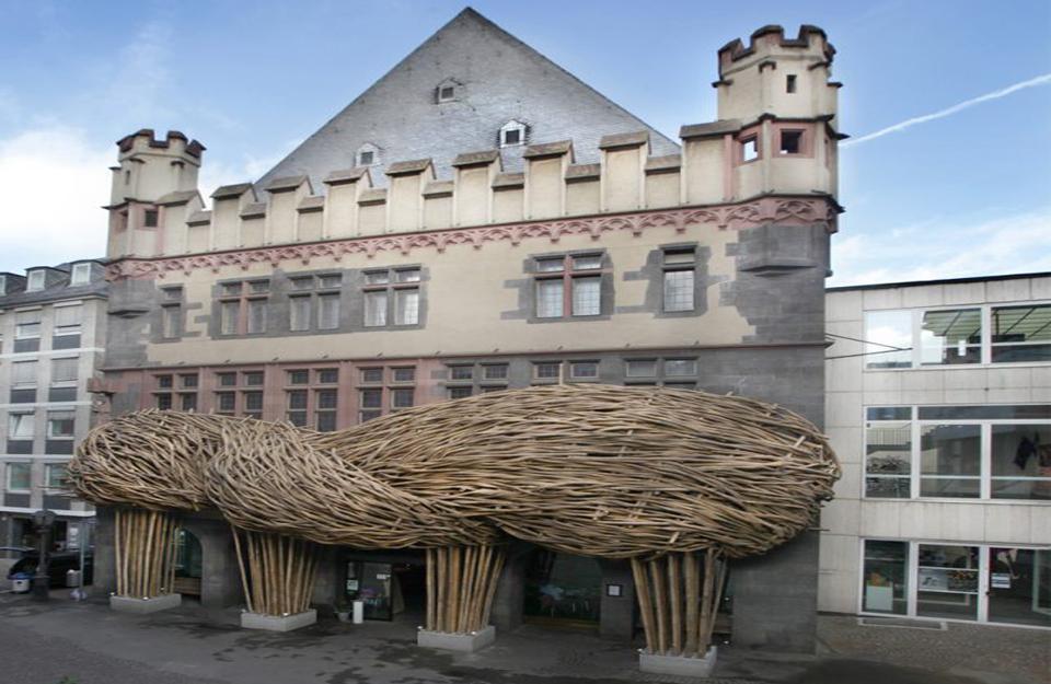 Fasada u obliku klupka od utkanih niti bambusa