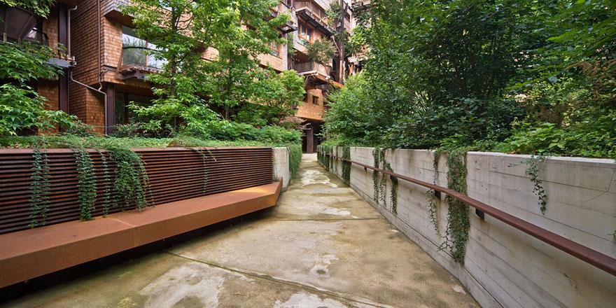 Zgrada od pet spratova je mešavina čeličnih nosača i bujnog drveća