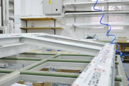 Kompanija Joviste d.o.o. se bavi proizvodnjom i prodajom aluminijumskih i PVC prozora i vrata
