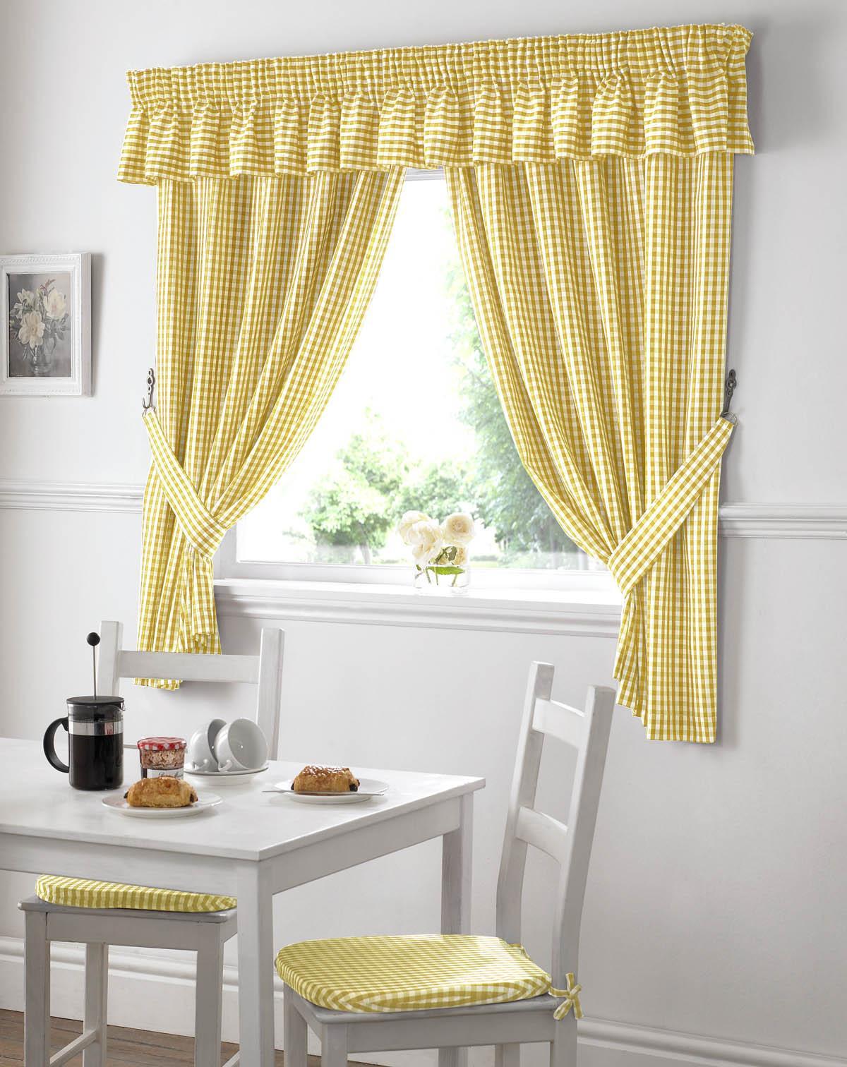 Kuhinja će izgledati toplije sa prozračnim žuto-belim zavesama.