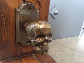 Izgled bronzane brave sa lobanjom na sobnim vratima