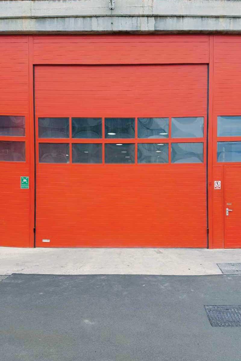 """Jugent d.o.o.. Industrijska segmentna vrata sa ugrađenim """"pešačkim vratima"""""""
