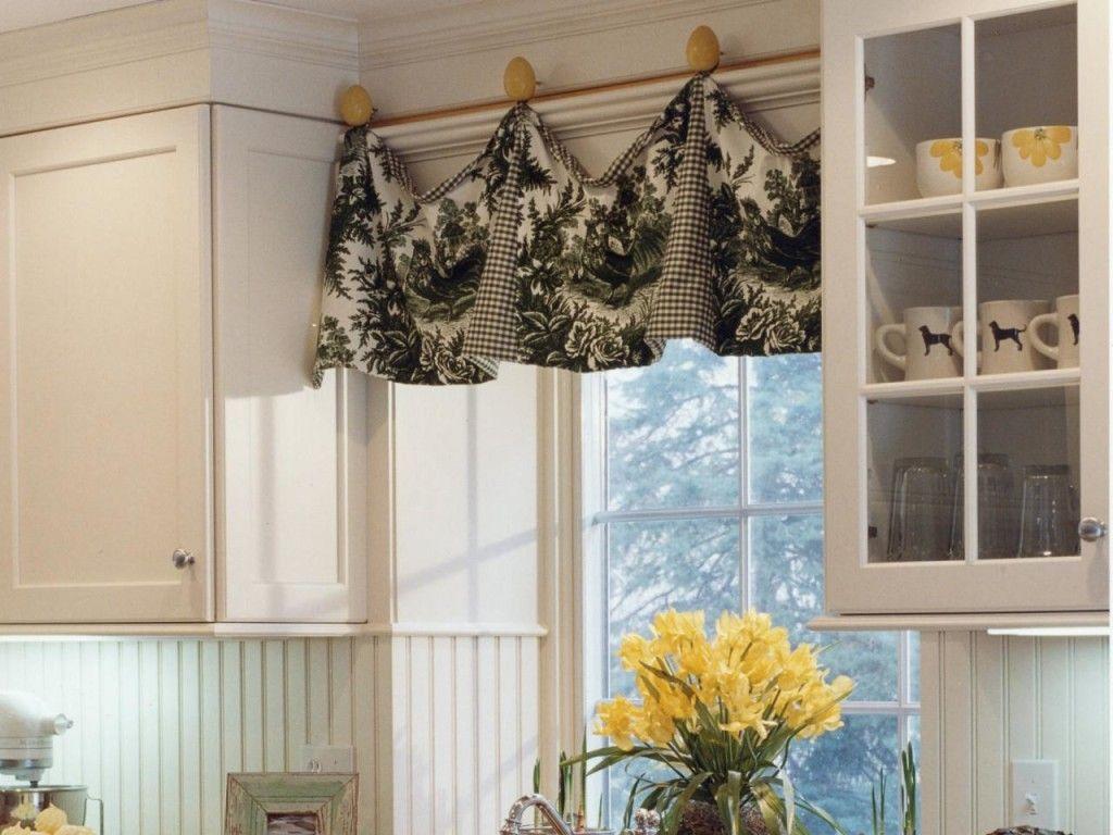 Tamnobraon zavesa sa zanimljivim svetlijim šarama donosi topliji osećaj na sunčanom prozoru