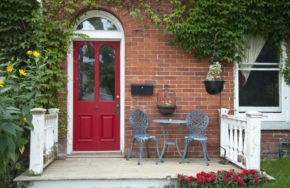 Crvena vrata otvaraju i čine živopisnim izgled kuće