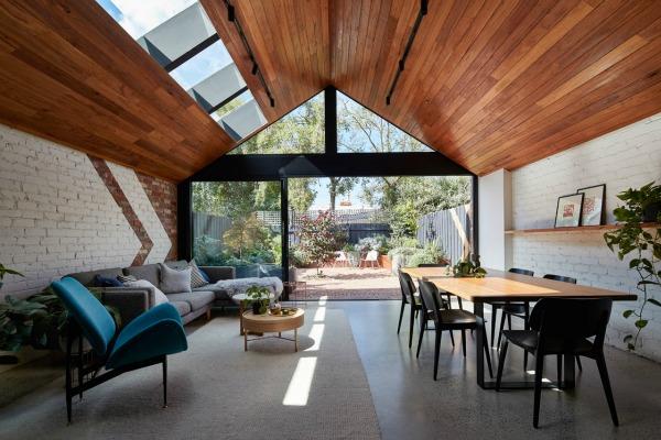 Kosi plafoni na zadnjem delu kuće obloženi su toplim drvetom