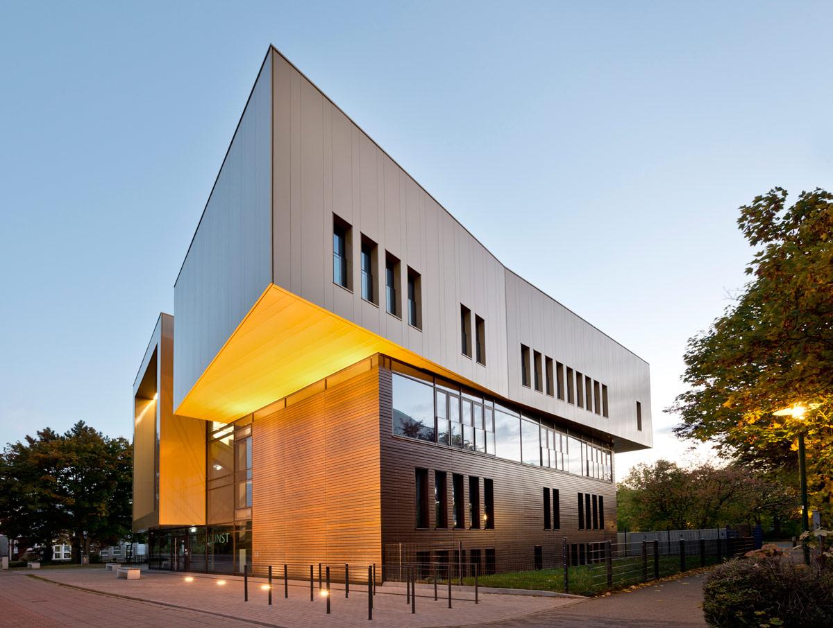 Na ukupno 2.300 kvadratnih metara sada se nalazi 15 prostorija za nastavu iz glazbe i umjetnosti