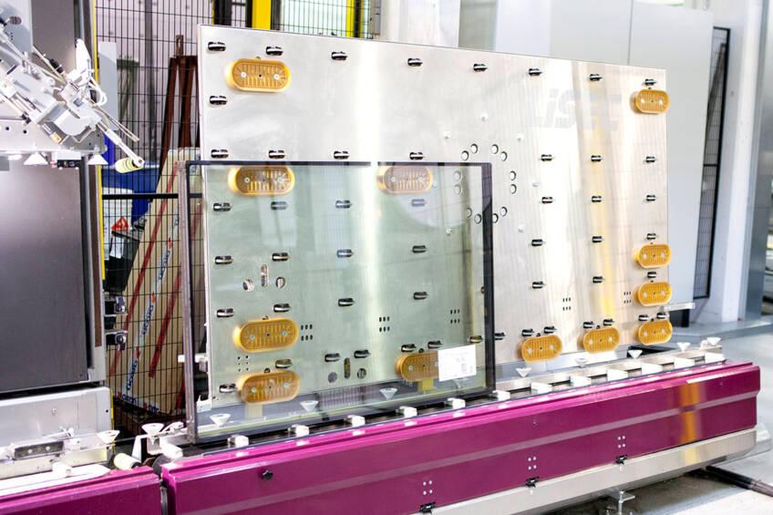 Automatski kran za ulaganje i rotiranje sveže spojenih IZO jedinica sa termoplastičnim distancerima