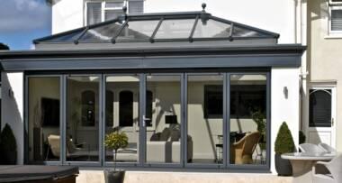 Kad je zatvorena, veranda postaje atraktivna staklena fasada s odličnim učinkom toplinske izolacije, propusnosti zraka te nepropusnosti vode i vjetra
