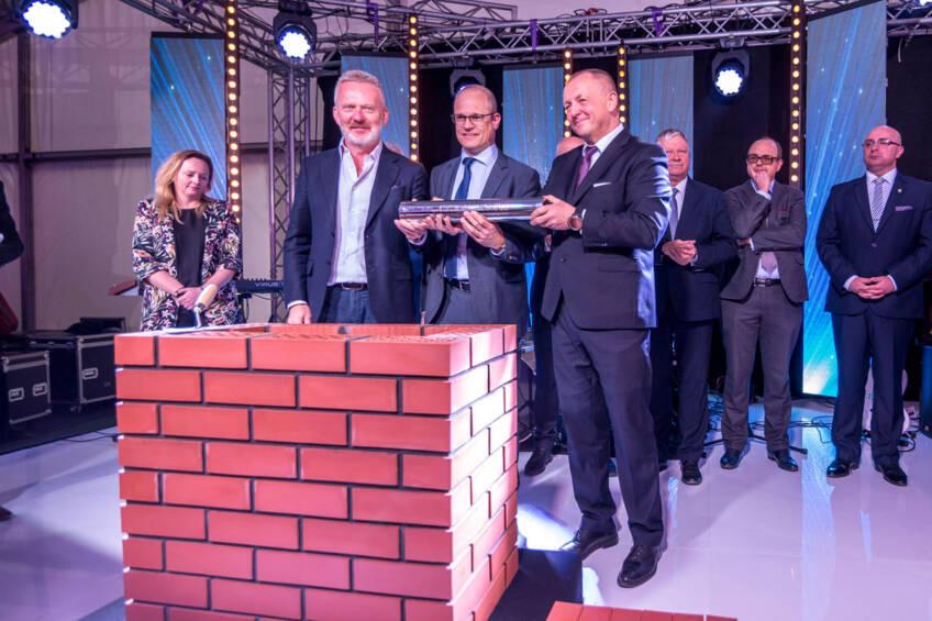 Ceremoniji su prisustvovali predstavnici Euroglas Polska kompanije, Swiss holding Glas Trosch, kompanija PRESS GLASS i lokalni predstavnici