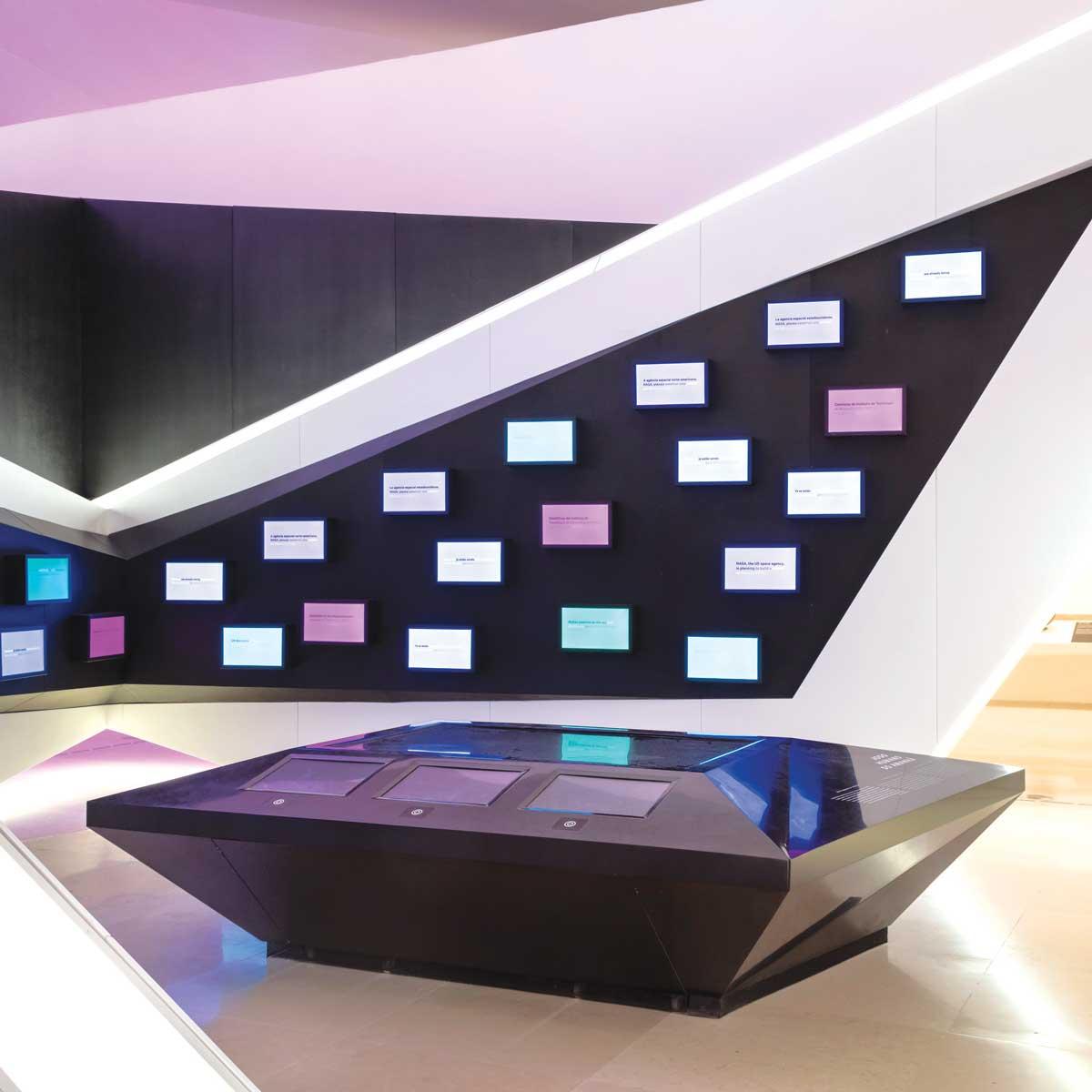 Museu do Amanhã, Rio de Janeiro, Brasil: Stolovi sutrašnjice, napravljeni od DuPont™ Corian® u Nocturne koloru; foto: Andres Otero, sva prava zadržana.